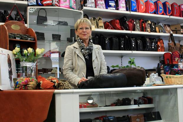 Edda Müller in ihrem Lederwarenfachgeschäft in Calbe