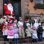 Kinder singen auf der Rathaustreppe